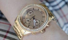 Orologio di oro delle donne sulla mano Fotografia Stock Libera da Diritti