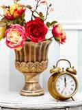 Orologio di orologio classico dell'oro nel retro interno variopinto luminoso fotografia stock libera da diritti