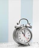 Orologio di orologio d'argento classico nell'interno variopinto luminoso Immagine Stock