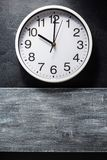 Orologio di parete al nero Fotografia Stock Libera da Diritti
