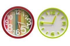 Orologio di parete colorato isolato su fondo bianco immagine stock