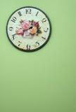 Orologio di parete dell'annata sulla parete verde Immagine Stock Libera da Diritti