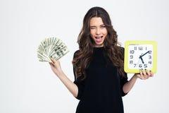 Orologio di parete felice della tenuta della ragazza con le fatture del dollaro Fotografia Stock Libera da Diritti