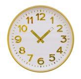 Orologio di parete rotondo con il quadrante dorato e frecce isolate su bianco fotografie stock libere da diritti