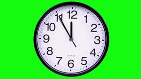 Orologio di parete su un 23:55 del fondo di verde stock footage