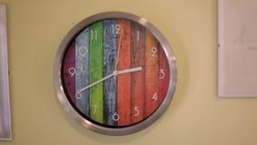 Orologio di parete su una parete beige stock footage