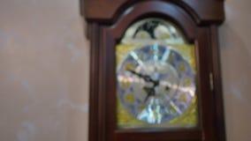 Orologio di prima generazione d'annata che ticchetta sulla parete video d archivio