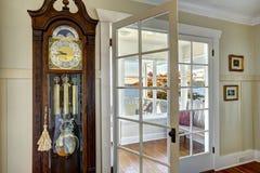Orologio di prima generazione di legno scolpito oggetto d'antiquariato Fotografia Stock