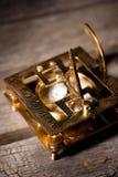 Orologio di Sun con la bussola sul bordo di legno Immagine Stock
