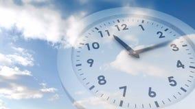 Orologio di ticchettio sopra cielo blu archivi video