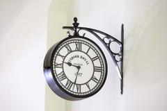 Orologio di vecchio stile sulla parete Immagini Stock