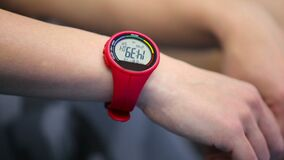 Orologio digitale del polso sulla mano del ` s della donna archivi video