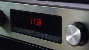 Orologio digitale rosso su un vecchio forno stock footage