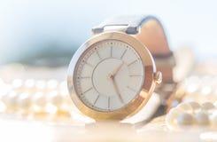 Orologio dorato della donna Immagine Stock
