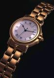 Orologio dorato sul nero Immagini Stock