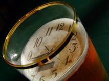 Orologio e birra Fotografia Stock Libera da Diritti