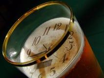 Orologio e birra Immagini Stock