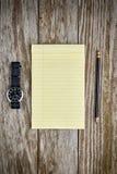 Orologio e carta e matita fotografie stock