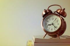 Orologio e libri Fotografia Stock Libera da Diritti