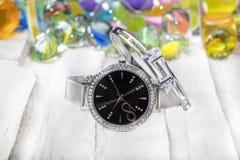 Orologio e polsino orologio con e gioielli del braccialetto immagini stock libere da diritti