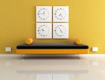 Orologio e sofà arancione Fotografia Stock Libera da Diritti