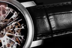 Orologio elegante con il meccanismo visibile, movimento a orologeria Tempo, modo, concetto di lusso Immagini Stock