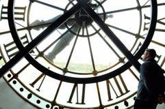 Orologio enorme con un uomo Fotografia Stock Libera da Diritti