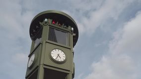 Orologio famoso a Potsdamer Platz a Berlino, Germania con le nuvole rapide stock footage