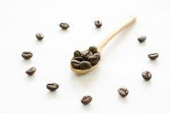 Orologio fatto dai chicchi di caffè su fondo bianco, caffè di amore Immagini Stock