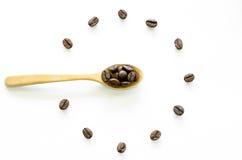 Orologio fatto dai chicchi di caffè su fondo bianco, caffè di amore fotografie stock