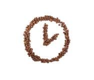 Orologio fatto dei chicchi di caffè su un fondo bianco Immagini Stock Libere da Diritti