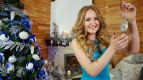 Orologio felice di manifestazione della ragazza nel ritratto della mano della giovane donna festivo vestita con un movimento a or video d archivio