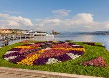 Orologio floreale sull'argine del lago Zurigo Immagini Stock Libere da Diritti