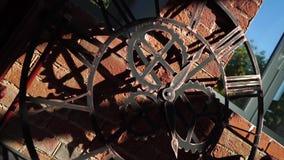 Orologio interno dello steampunk dell'elemento contro un muro di mattoni archivi video