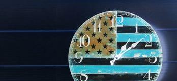 Orologio invertito con la parete di legno della bandiera dell'america Immagine Stock Libera da Diritti