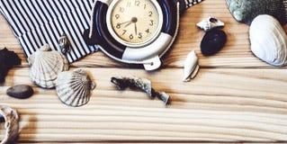 Orologio marino decorativo sui precedenti dei bordi di legno Immagini Stock
