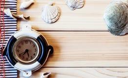 Orologio marino decorativo sui precedenti dei bordi di legno Immagini Stock Libere da Diritti