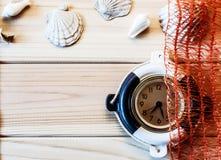 Orologio marino decorativo sui precedenti dei bordi di legno Immagine Stock Libera da Diritti
