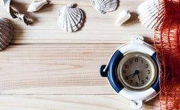 Orologio marino decorativo sui precedenti dei bordi di legno Fotografia Stock Libera da Diritti