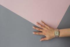 Orologio minimo rosa grigio del cinturino dell'orologio della mano del fondo Fotografie Stock