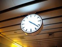 Orologio moderno alla stazione di transito rapida metropolitana in Thaila immagini stock