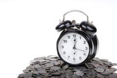 Orologio nero sui soldi Fotografia Stock Libera da Diritti