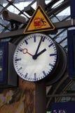 Orologio pubblico in una stazione ferroviaria Fotografia Stock Libera da Diritti