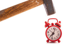 Orologio rosso con un martello fotografia stock