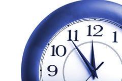 Orologio rotondo che mostra tempo circa dodici isolati Fotografie Stock Libere da Diritti