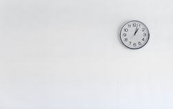 Orologio rotondo del metallo sulla parete bianca Fotografia Stock