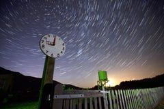 Orologio seguente del treno alla notte Fotografia Stock Libera da Diritti