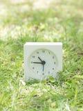 Orologio semplice bianco sull'iarda del prato inglese, 10:45 dieci quarantacinque Immagine Stock Libera da Diritti
