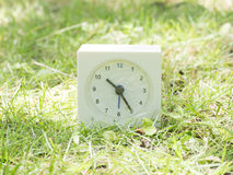Orologio semplice bianco sull'iarda del prato inglese, 10:25 dieci venticinque Fotografia Stock