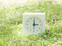 Orologio semplice bianco sull'iarda del prato inglese, orologio del ` di 3:00 tre o Immagine Stock Libera da Diritti